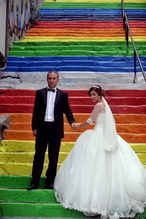 Một cặp vợ chồng trẻ đang chụp ảnh cưới trên cầu thang cầu vồng ở Istanbul, Thổ Nhĩ Kỳ.