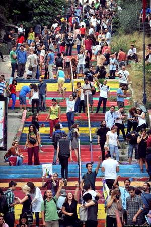 Rất đông du khách từ khắp nơi đổ về thăm quan cầu thang sặc sỡ ở Istanbul, Thổ Nhĩ Kỳ.