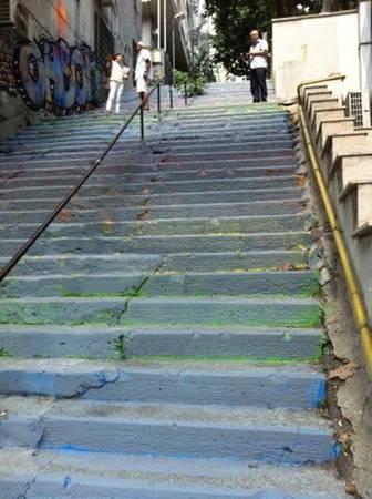 Sáng ngày 30/8, chính phủ đã cho phủ một sắc xám lên toàn bộ cầu thang gây một sự ngạc nhiên cho người dân.