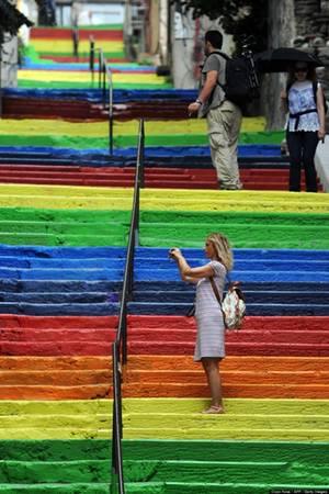 Vẫn có rất nhiều du khách tìm tới bậc cầu thang màu sắc ở vùng Cihangir, Thổ Nhĩ Kỳ để chiêm ngưỡng công trình nghệ thuật và chụp hình lưu niệm