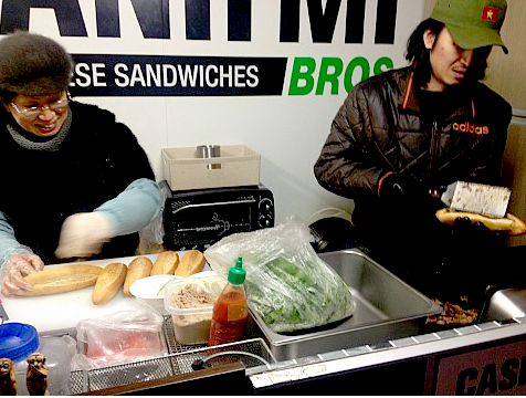 Chủ nhân của cửa hàng bánh mì này là hai anh chàng Hàn Quốc chính cống. Họ đã đi du lịch tại Việt Nam và vô cùng yêu thích món ăn đường phố này. Quầy bánh mì lưu động được mở và đón nhiều vị khách Hàn Quốc ghé thăm.