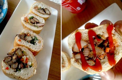 Những chiếc bánh mì được cắt hay để nguyên, tùy vào yêu cầu của thực khách. Quầy hàng có tên Banh mi, từ cửa số 2 ga Itaewon, đi thẳng đến cửa Club Circus là bạn sẽ thấy ngay.