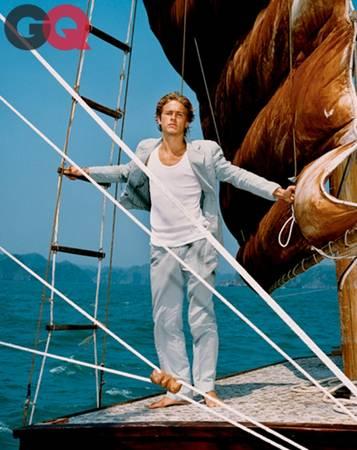 Nam diễn viên trông đầy lãng tử trên một chiếc thuyền buồm căng gió.