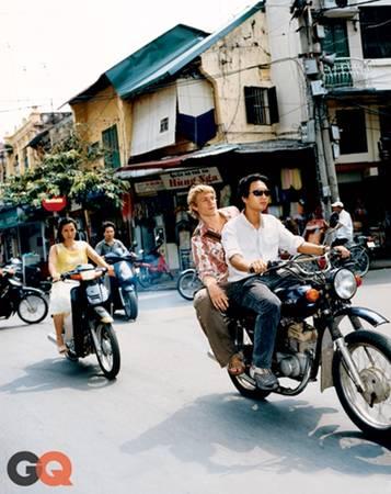 """Charlie thích thú cưỡi môtô dạo phố và chia sẻ: """"Đường phố Hà Nội ồn ào và hối hả suốt cả ngày nhưng không hề có xe hơi. Mọi người đều đi xe máy. Khi tôi ra khỏi khách sạn và vẫy vẫy tay, chỉ 30 giây sau là đã có vài người chạy xe đến hỏi tôi muốn đi đâu""""."""