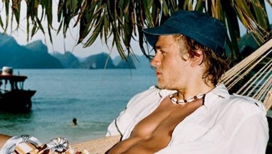 Charlie Hunnam khám phá Việt Nam