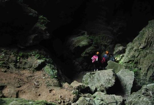 Sơn Đoòng là hang động tự nhiên lớn nhất thế giới nằm trong vườn quốc gia Phong Nha, Kẻ Bàng, gần biên giới Việt - Lào. Tại đây, các tay đua làm nhà thám hiểm để chinh phục lòng hang dưới độ sâu hơn 70m, hoàn thành một thử thách để nhận được mật thư.