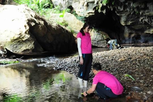 Tại đây, các đội được trải nghiệm cuộc sống thời nguyên thủy khi phải tự tìm nơi ăn chốn ngủ bằng những vật dụng sẵn có trong rừng.