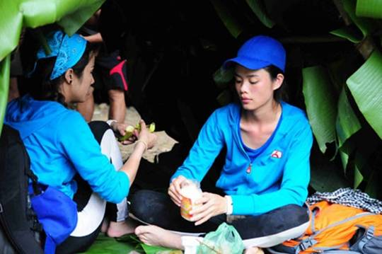 Diệp Lâm Anh và Thu Hiền hái trái dại ven rừng lót dạ.