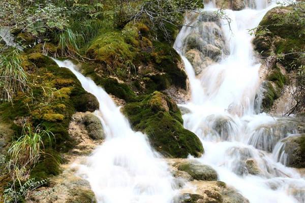 Dòng thác trắng xóa chảy mềm mại như dải lụa. Ảnh: Mỹ Dung