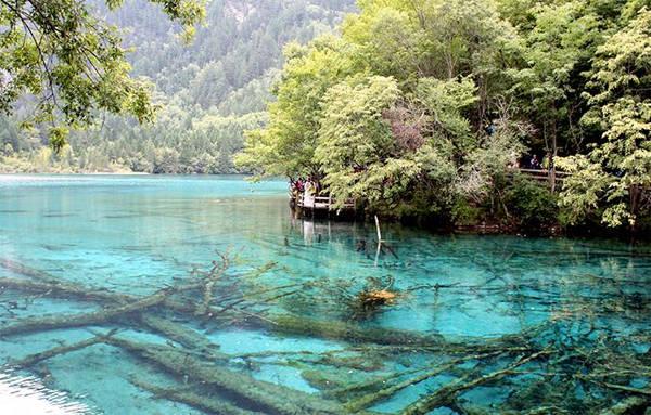 Nước hồ trong xanh nhìn thấu xuống tận đáy và đổi màu theo từng thời điểm. Ảnh: Mỹ Dung