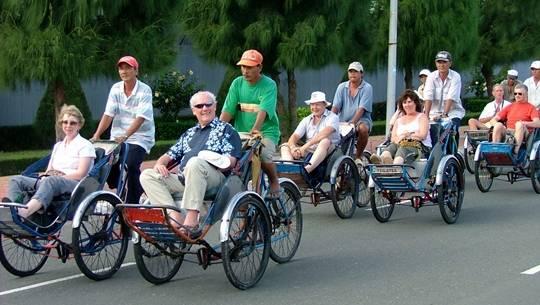 Du khách nước ngoài trên xích lô Việt