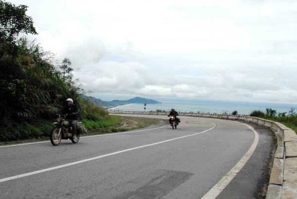 Phượt đèo và khám phá thành phố bằng xe máy là trải nghiệm rất được yêu thích tại Đà Nẵng.Ảnh: Glenn Phillips