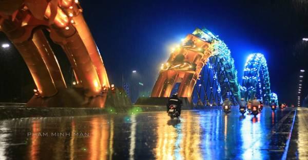 Cầu Rồng một ngày mưa. Ảnh: Phạm Minh Mẫn