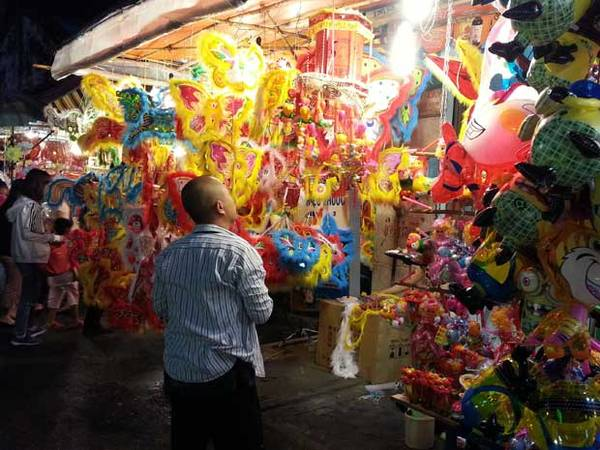 Đèn lồng xen với bong bóng ở phố lồng đèn Lương Nhữ Học.