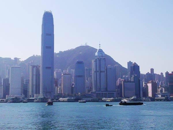 Khu vực đảo Hồng Kông nhìn từ Victoria Harbour. Hương Cảng có tất cả 18 quận, chia thành những khu vực chính là đảo Hồng Kông, khu Cửu Long Đông và Tây, khu Tân Giới Đông và Tây