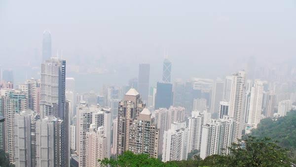 Từ đỉnh Victoria có thể quan sát được toàn bộ Hồng Kông nhưng với điều kiện trời trong. Những tòa nhà chọc trời ken dày trong một không gian chật hẹp ven biển, và từ đây tràn lên lưng chừng núi