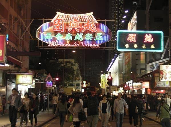 Những quán ăn Việt Nam có bán phở trong khu đi bộ ở Mongkok, bảng hiệu kiêu hãnh treo ở giữa con đường tấp nập người qua lại