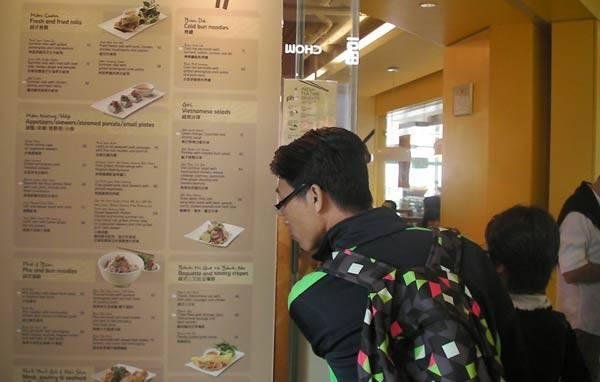 Quán phở này nằm trong một tòa nhà mua sắm ở trên đỉnh Victoria, có tên là Phở, nhưng thực đơn có rất nhiều món Việt như bún, gỏi cuốn và đặc biệt có bánh mì kẹp thịt truyền thống của Việt Nam. Khách đông đến nỗi không có bàn ngồi vào buổi trưa