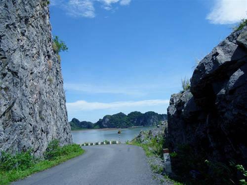 Xuyên qua những vách đá dựng đứng, hiện ra trước mắt là biển cả bao la. Ảnh: dulichcatba