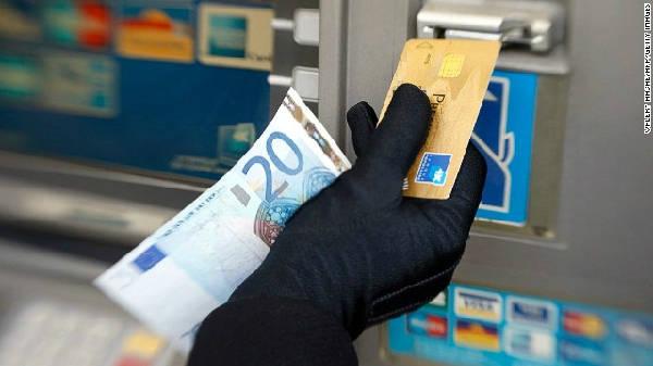 Sử dụng thẻ tín dụng để rút tiền mặt không phải là cách tiết kiệm.