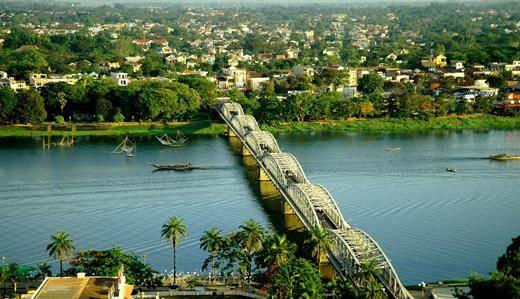Description: Du lịch Huế - Cầu Tràng Tiền và dòng sông Hương