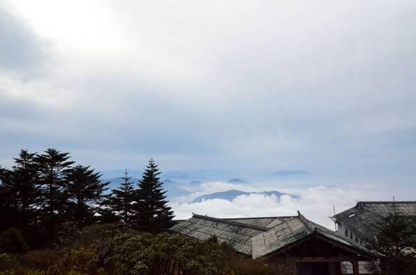 Biển mây vờn quanh đỉnh núi