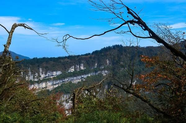 Những ngọn núi trập trùng liên tiếp rực rỡ sắc màu