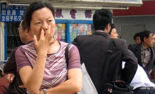 Cấm ngoáy mũi nơi công cộng