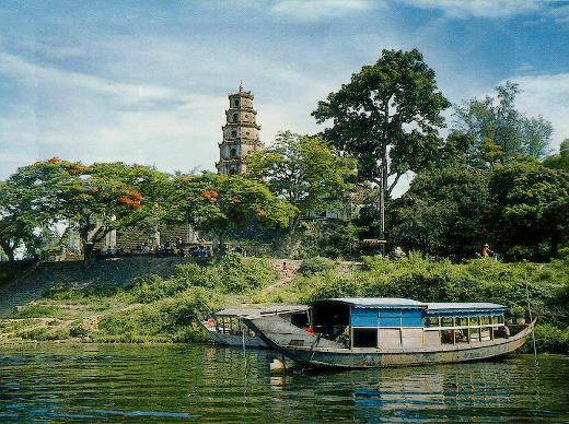 Description: Du lịch Huế-Đường lên chùa Thiên Mụ
