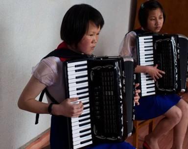 Trẻ em Triều Tiên tập chơi đàn xếp