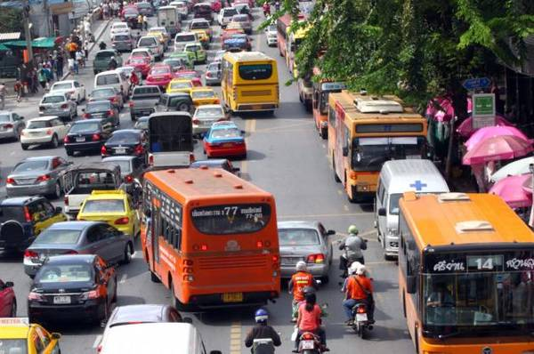 Xe bus di chuyển ở Bangkok
