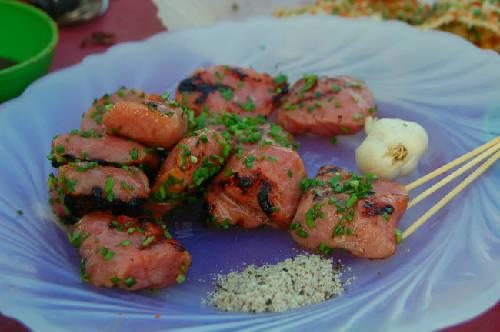 Món nem nướng, ăn kèm với tương ớt làm tại nhà cay nồng.