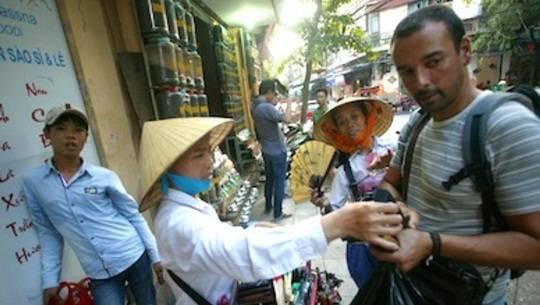 """Hà Nội: Du khách chạy thục mạng vì bị """"nữ quái"""" đeo bám"""