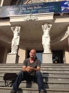 Leon ngồi trên những bậc tam cấp của Nhà hát lớn. Ảnh: LATimes.