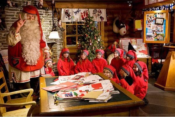 ông già Noel cưỡi xe tuần lộc đi phân phát quà trong đêm Noel, giúp ước mơ của trẻ em thành hiện thự