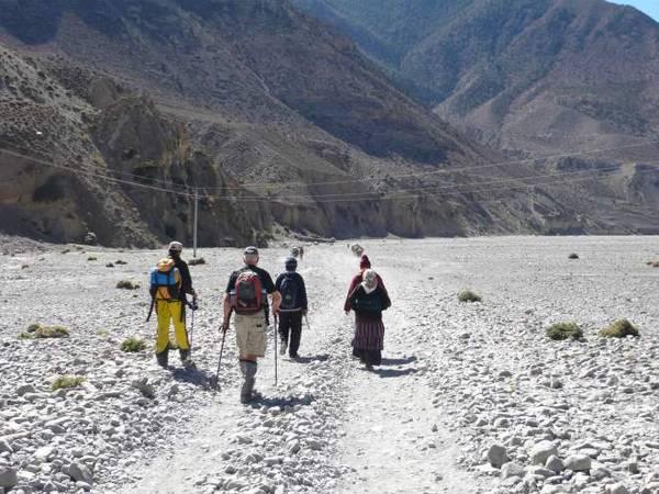 Đi dọc theo Annapurna Trail với Thầy tu ở địa phương.