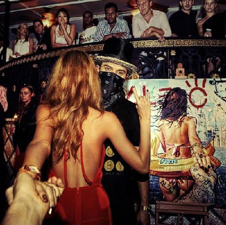 """""""Follow me to"""" triển lãm nghệ thuật Basel - Art Basel với bộ ảnh của chính đôi tình nhân được trưng bày. Ảnh này đăng lên Instagram của Osmann vào ngày 21/12/2013."""