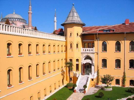Một ốc đảo trong một thành phố đông đúc bận rộn. Dịch vụ và các phòng đều tuyệt vời, và bữa sáng đặc biệt. Tôi sẽ trở về Istanbul chỉ để ở tại khách sạn.
