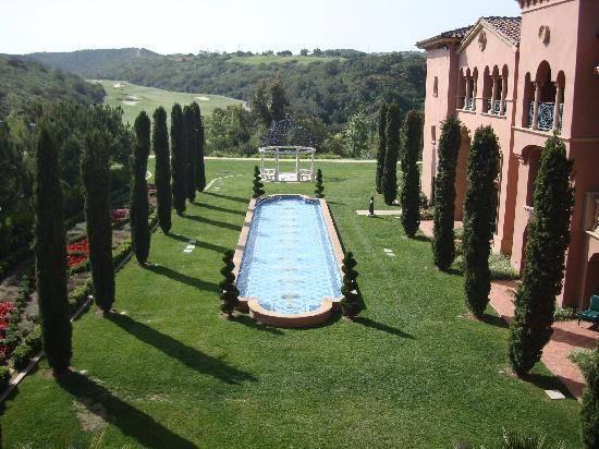 Gợi nhớ của một hợp chất Tuscan sang trọng nép mình trong những ngọn đồi, Grand chảy thanh bình yên tĩnh và dịch vụ kín đáo nhưng rất chu đáo. Một kinh nghiệm một lần trong một đời