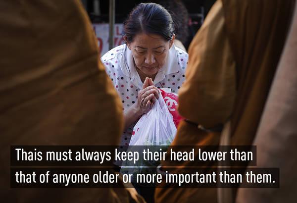 Trong văn hóa cúi chào của mình, người Thái luôn giữ cho đầu mình thấp hơn người đối diện, đặc biệt là người đó lớn tuổi hơn hoặc có địa vị cao hơn