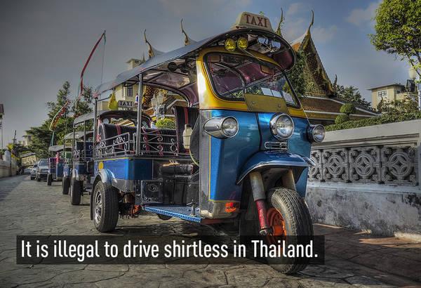 Ở Thái Lan, lái xe mà không mặc áo là bất hợp pháp