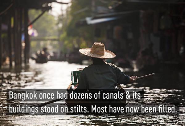 """Bangkok đã được mệnh danh là """"Venice của phương Đông"""" vì có rất nhiều kênh rạch bao quanh, thậm chí mọi hoạt động giao thông vận tải đều được thực hiện trên các con kênh này."""
