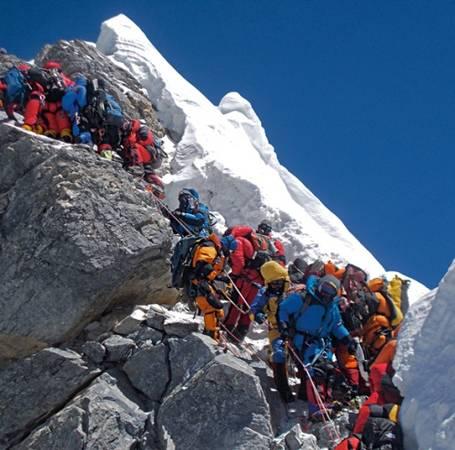 Tình trạng ách tắc diễn ra khi có tới hàng trăm người cùng trèo lên Everest. Ảnh: Subin Thakuri