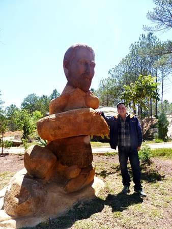 Anh Trần Việt Nghĩa bên bức tượng bác sĩ Alexandre Yersin - một trong những người đầu tiên khám phá ra Đà Lạt