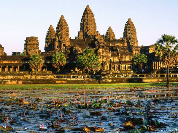 ivivu-clamber-over-the-ruins-of-angkor-wat-in-cambodia