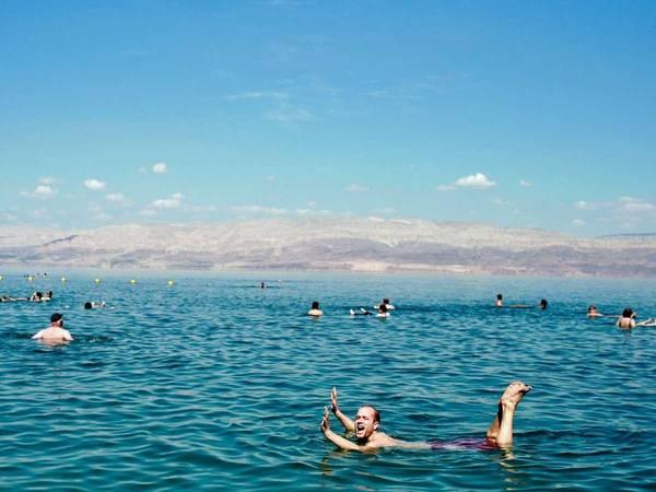 ivivu-float-in-the-dead-sea-in-israel