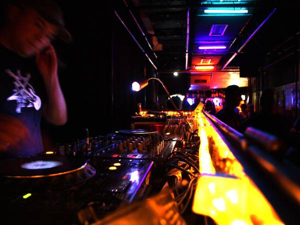 ivivu-party-in-the-edgy-underground-clubs-of-berlin-germany