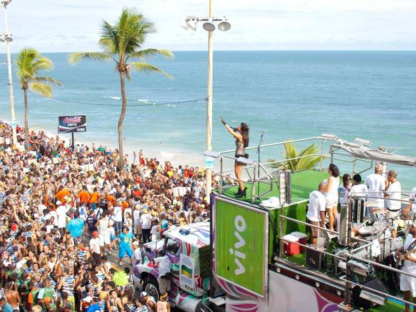 ivivu-rub-shoulders-with-the-revelers-at-the-carnival-in-salvador-brazil