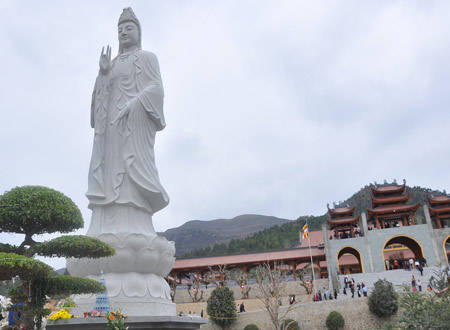 ngoi-chua-co-chinh-dien-lon-ky-luc-viet-nam-ivivu2