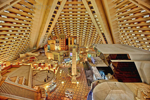 top-10-cool-unusual-hotels-las-vegas-Luxor-ivivu